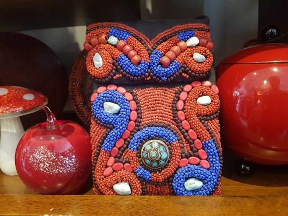 Pochette en coton brodée de perles et de pierres, médaillon en turquoise, anse longue et fermeture en velcro, NEPAL – Prix de vente : 60€.