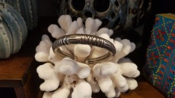 Bracelet en métal argenté ciselé, INDE - Prix de vente : 10€.