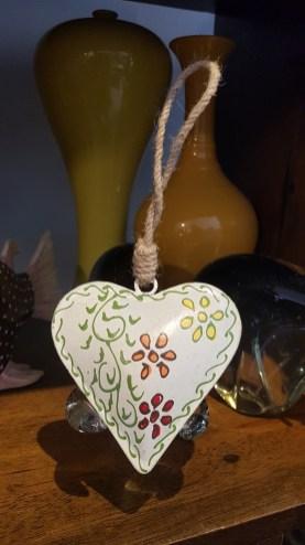 Pendant « Coeur » en métal peint à la main suspendu par un cordon, INDE – Prix de vente : 10€.