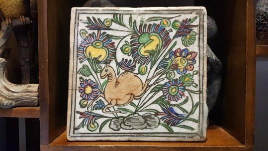 Carreau en céramique iranien au décor traditionnel peint à la main (Années 1950), IRAN - Dimension : 23 cm x 23 cm - Prix de vente : 120€.