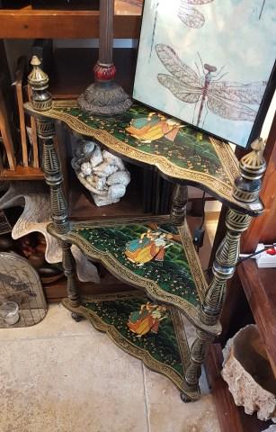 Sellette en bois laqué sur 3 niveaux style « Monghol » (années 1950), INDE - Prix de vente : 230€.