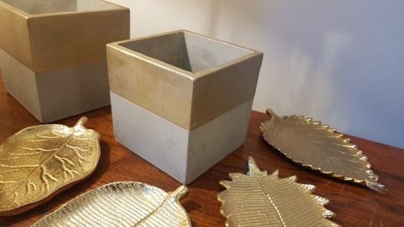"""Cache-pot """"Botanico"""" en terre cuite, bord peint de doré, INDE - Prix de vente : 8€."""