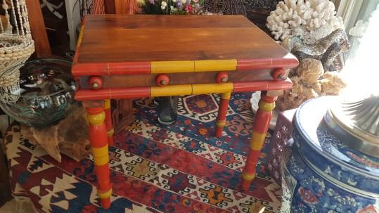 Table « Gigogne » en palissandre (années 1950), INDE - Dimension : 47 cm de long x 33 cm de large x 45 cm de haut - Prix de vente : 60€.