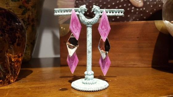 Boucle d'oreille à trou en pétale d'émail sertie de métal argenté, INDE - Prix de vente : 18€.