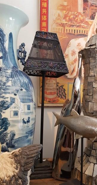 Lampe de table avec abat-jour en organza sertie de perle, pied en fonte, INDE - Prix de vente : 75€.