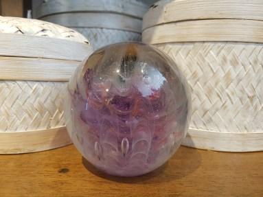 """Presse-papier """"Boule"""" inclusion en verre, ESPAGNE - Dimension : 9 cm de haut x 10 cm de diamètre - Prix de vente : 28€."""