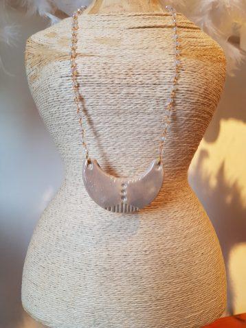 Collier en céramique engobée recouverte d'émail, chaîne en métal sertie de perles, Nice en FRANCE - Prix de vente : 35€.