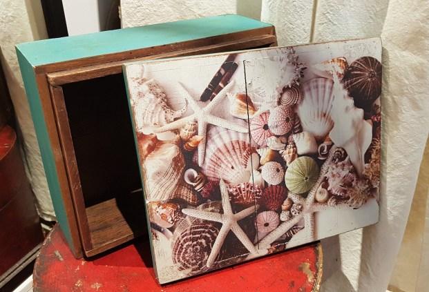 Boîte en bois avec impression sur le couvercle, INDE – Prix de vente : 45€.