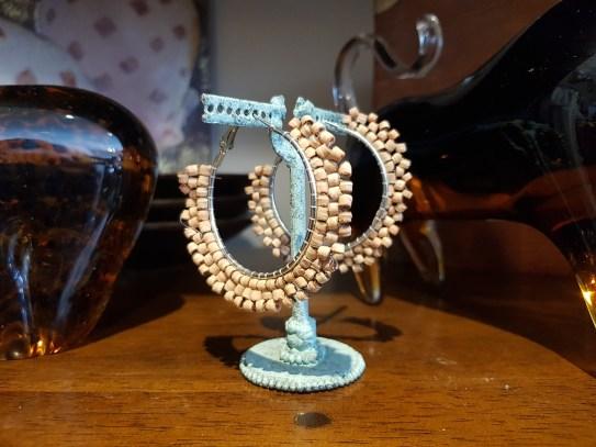 Créoles à trou en perle de liège, INDE - Prix de vente : 18€.