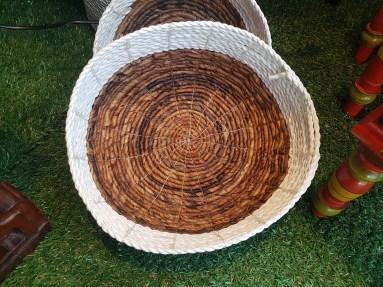 Panière style corbeille en jonc de mer naturel et teinté tressé, INDONÉSIE - Dimension : 27 cm de diamètre - Prix de vente : 40€.