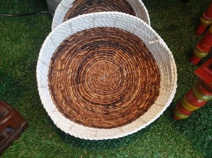 Panière style corbeille en jonc de mer naturel et teinté tressé, INDONESIE - Dimension : 27 cm de diamètre - Prix de vente : 40€.