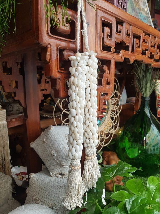 """Suspension """"Coquillage"""" en coquillage sur macramé, INDONÉSIE - Dimension : 60 cm de long - Prix de vente : 25€."""