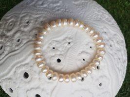 Bracelet extensible en perle d'eau douce, INDONÉSIE - Prix de vente : 15€.