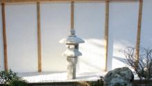Une des deux lanternes japonaises, mise en valeur par l'arrière-plan très sobre.