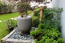 Fontaine japonaise (tsukubaï) accueillant les visiteurs