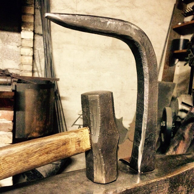 Nya verktyg klara att användas, 1,5kg slägga med en stor dos inspiration från @cergolforge samt en löst sparrhorn till kommande projekt. ?? A set of new tools ready for use! A 1,5 kg rounding hammer with a healthy amount of inspiration from @cergolforge and a new horn/shoulder for the Hardy hole
