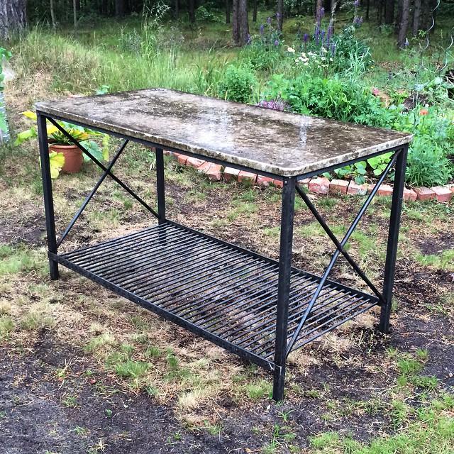 Nitat bordsunderrede till trädgårdskök. ?? The result of the previous tenon forgings, a riveted garden table