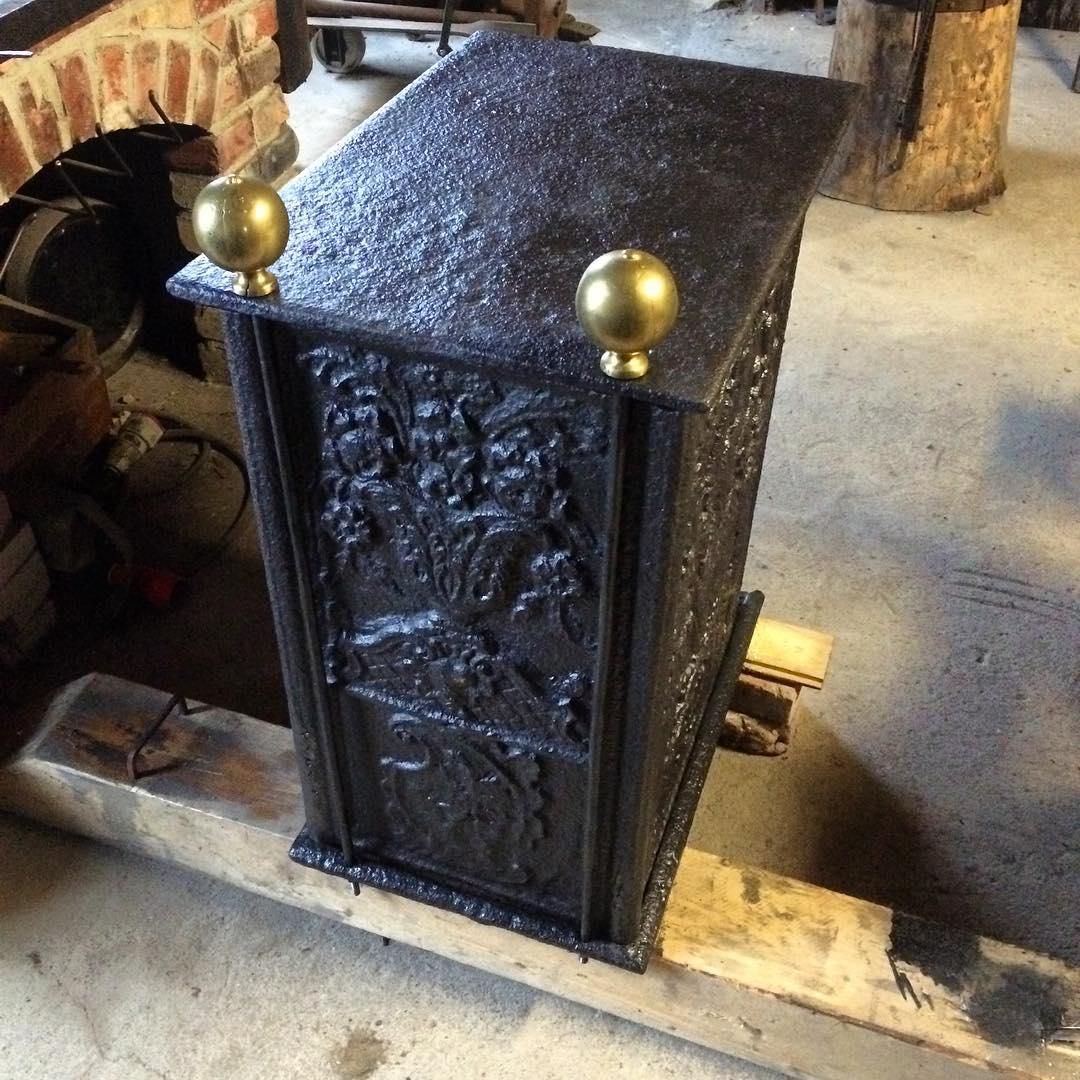 """Nyligen renoverad och monterad sättugn, i samma familjs ägo sedan första monteringen på 1700 talet. ?? refurbished and renovated """"sättugn"""" a form of iron fireplace made from 5 cast iron plates"""