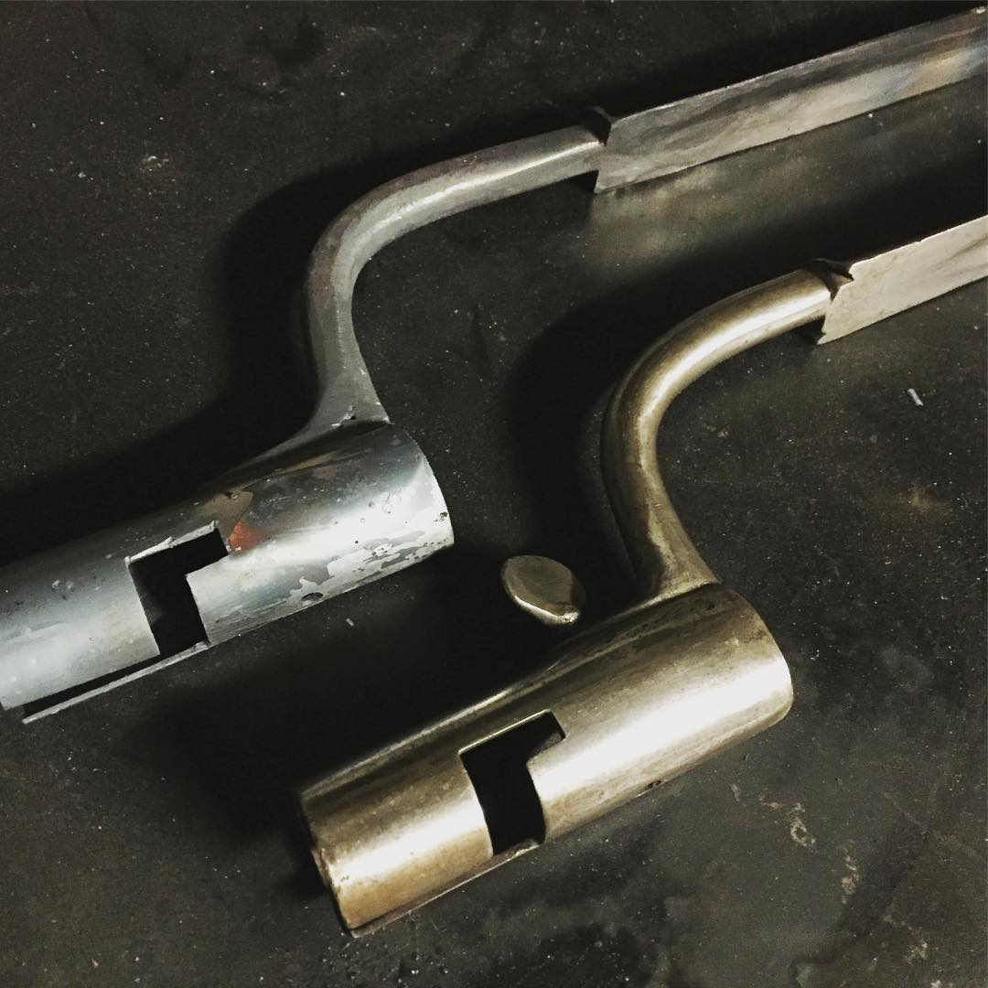 Ett liter smakprov undervägen, bajonett efter original. ??A small teaser of a bayonet in the making, in the foreground the original