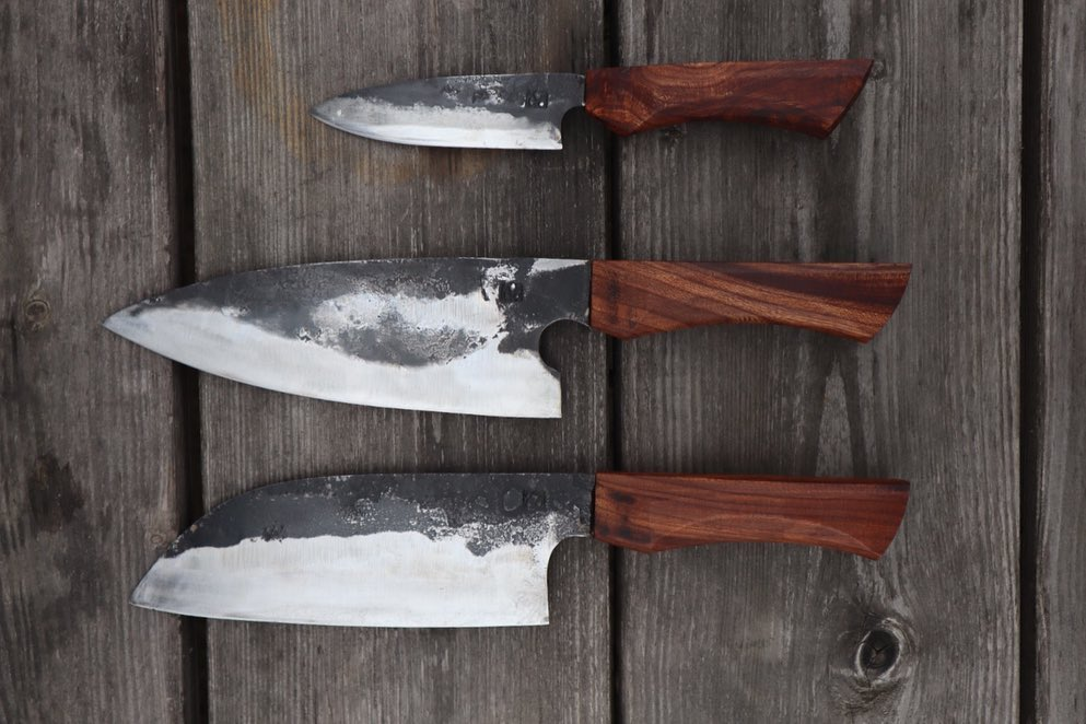 Ett set för export, utlandsflytt iallafall :), smidda av kolståls klinga, härdade i linolja, skaftade i alm.  A set bound for abroad, or at least expat service :) Forged from old sawmills blade tempered in linseed oil and hafts made from elm #återbruk #österlen