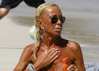 Vermijd de Donatella Versace-look! bron.