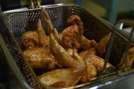 bufalo wings recipe with wings in fryer basket