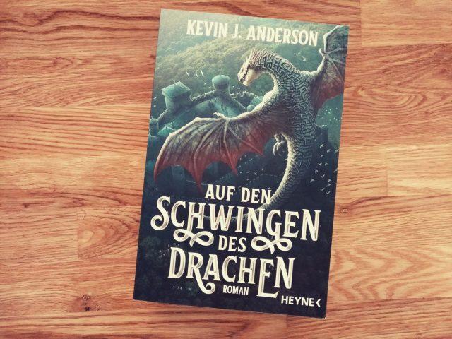"""Das Cover von Kevin J. Andersons Fantasy-Roman """"Auf den Schwingen des Drachen"""" - Copyright: jaspersbuchblog.de"""