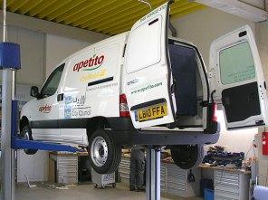 Auch englische Fahrzeuge werden in Edewecht umgerüstet.