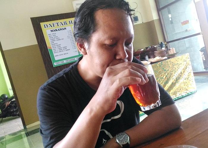 Pengunjung Nasi Uduk Mangkuyudan Ketika menikmati sensasi teh dengan resep dan ramuan tersendiri resto  ini