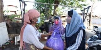Ketua TP PKK Arumi Bagi Sembako ke Kampung Dolanan dan Tanah Merah Surabaya
