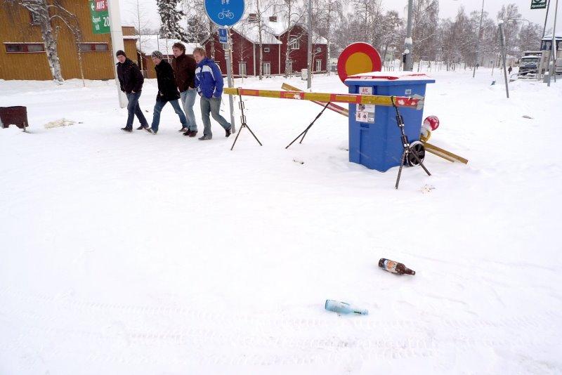 Fyra personen i på snöig gata i Jokkmokk