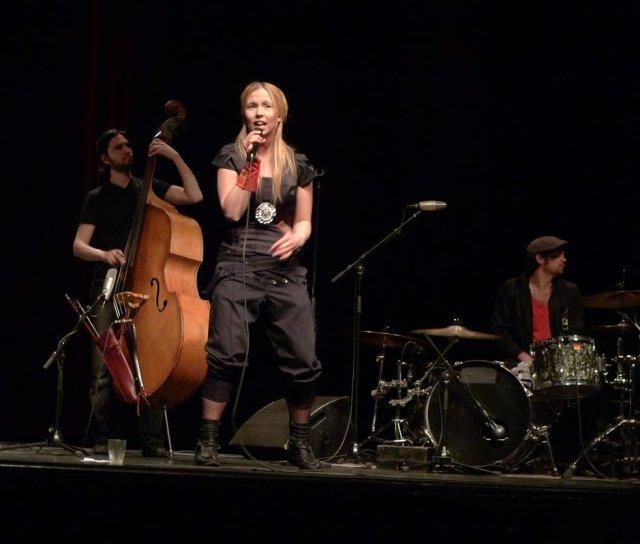 Sofia Jannok sjunger på Forum i Köping