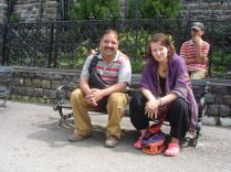 Gajande Seson and Evelina sitting om a bench i Shimla