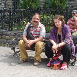 Gajande Seson and Evelina sitting om a bench i Shimla