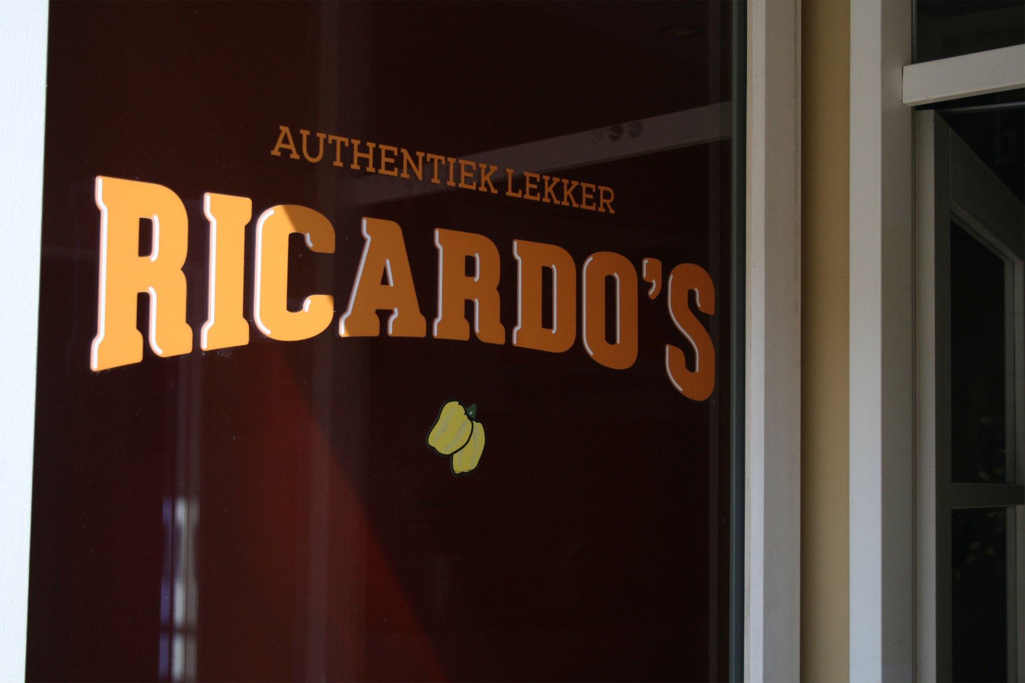 Logo van Ricardo's op de gevel