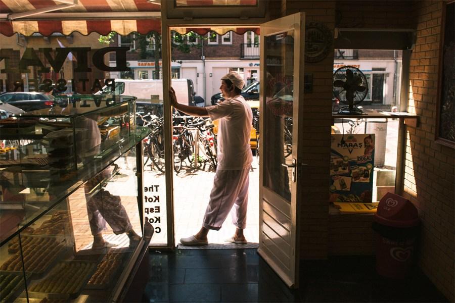 Uzeyir in de deuropening van patisserie Divan Pastanesi in de Javastraat