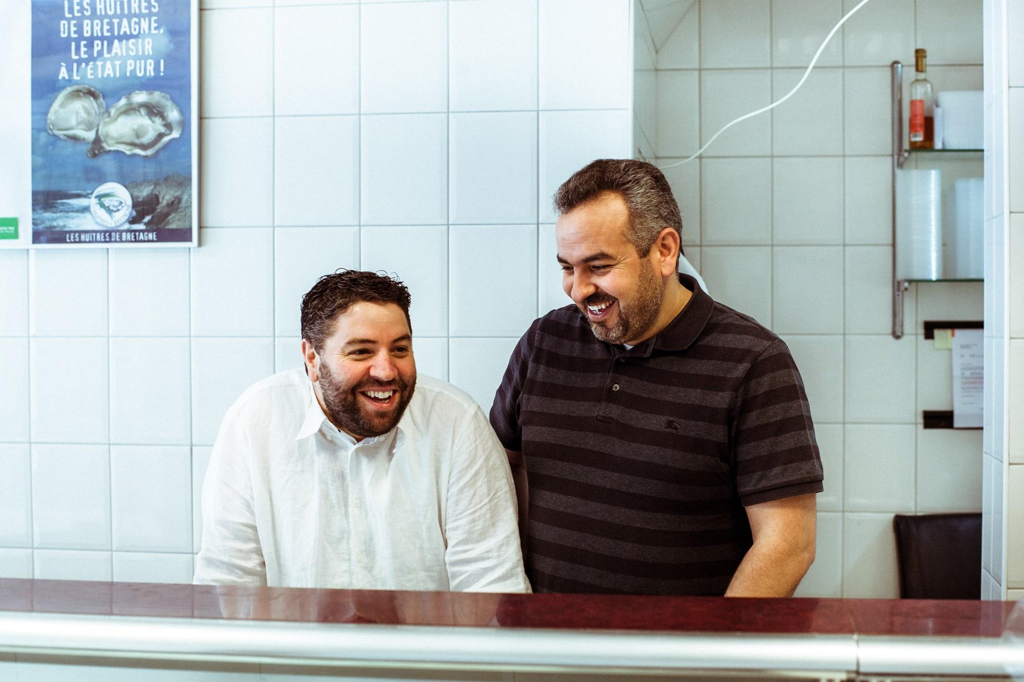 Broers Yassin & Samir achter de toonbank van vishandel El Pescado in de Javastraat