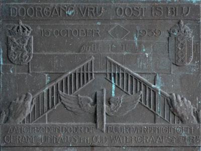 De plaquette onder het spoorviaduct van de Eerste van Swindenstraat naar de Javastraat leest 'doorgang vrij oost is blij'