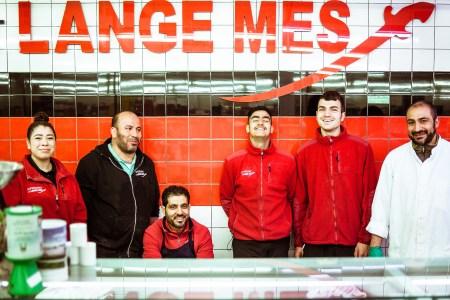 Amal en vijf collega's voor het logo van Het Lange Mes in het Javakwartier