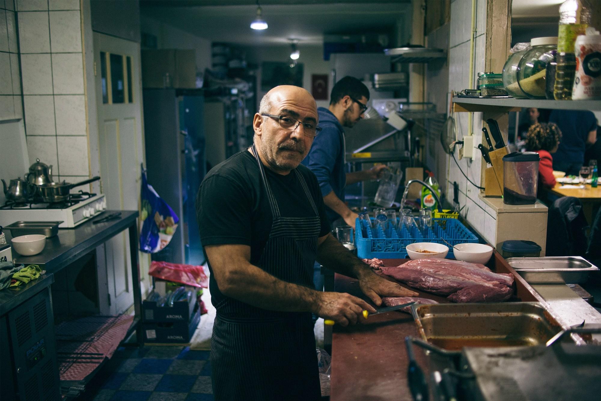 Mustafa, de eigenaar van Kapadokya en Ocakbasi Koksmuts in de keuken van het restaurant op de Javastraat in het Javakwartier