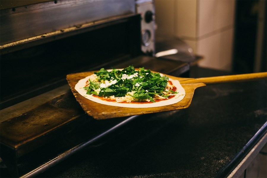 Vegetarische Turkse pizza van bakkerij Kapadokya in de Javastraat in het Javakwartier