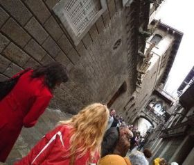 Pilar y Eva en el barrio gótico