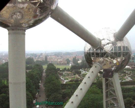 """Vista de un """"electrón"""" desde una ventanilla de otro. Atomium (Bruselas)"""