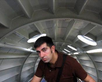 Javi dentro del Atomium (Bruselas)