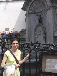 Pilar al lado del manheken pis