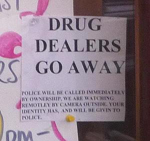 TRAFICANTES DE DROGAS FUERA DE AQUÍ. El propietario llamará inmediatamente a la policía. Vigilamos el interior y exterior del local con cámaras. Daremos tu identidad a la policía.