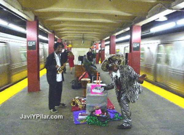 Locura de nochevieja en la parada de metro del Rockefeller Center