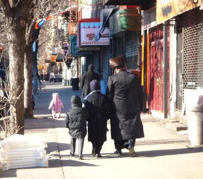 Obsérvese el enorme shtraimel sobre la cabeza del padre. Visitando el barrio judío jasídico de Brooklyn (Nueva York) en Sabbath.