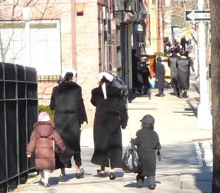 Mujeres judías jasídicas. Visitando el barrio judío jasídico de Brooklyn (Nueva York) en Sabbath.
