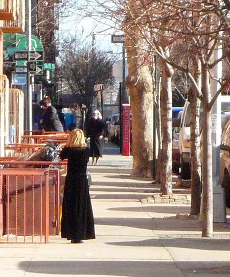 Un vestido nada infantil. Visitando el barrio judío jasídico de Brooklyn (Nueva York) en Sabbath.